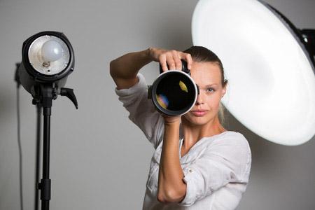 Eine junge Fotografin als Symbol für alle Fotografen.